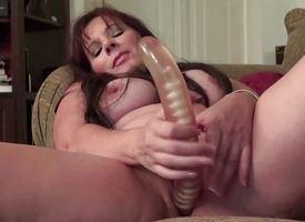 Mature amateur dildo fucks her soaking pussy