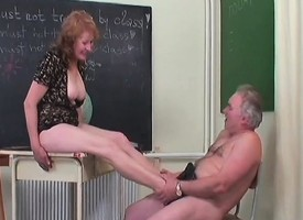 Mature Sofya uses the brush adept feet with an increment of mouth in the lead they fuck