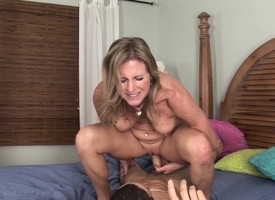 Stacked blonde cougar Tire Jamison has sex with a house-servant on the frieze