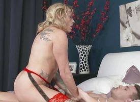 Succulent milf gets their way pussy hammered