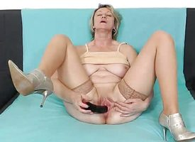 Grown up cougar toys her humid pussy