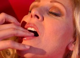 Clit slit momma Julia Ann fingers her sweet pussy flan pudding