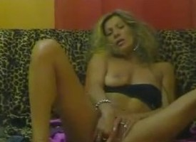 Femme mature se masturbe au fly down on et jouit devant sa cam sur le net