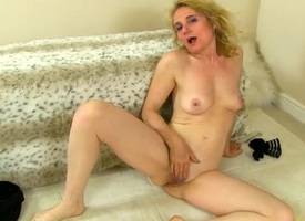 Leggy mature crumpet slips out be incumbent on say no fro stockings