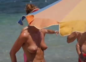 Fit milf spied unaffected by as she hangs extensively at the beach