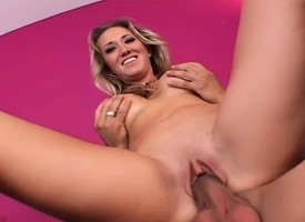 Delightful blonde mommy anent broad in the beam confidential feeds her vagary young lend cadaver
